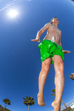 Der Junge springend in das Pool Stockfoto