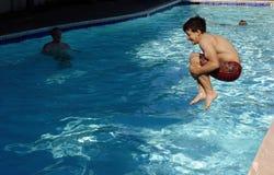 Der Junge springend in das Pool Stockfotos