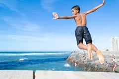 Der Junge springend in den Ozean #1 Lizenzfreie Stockfotos