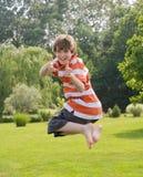 Der Junge springend in die Luft Lizenzfreies Stockbild