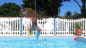 Der Junge springend in Wasser lizenzfreies stockbild