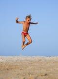 Der Junge springt stockfoto