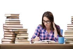 Der junge Student, der zum College die Prüfungen lokalisiert auf Weiß vorbereitet stockbild