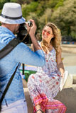 Der junge touristische Mann machen Foto seines Freundinsitzens Stockfotos