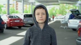Der Junge trinkt von einer Plastikflasche, Zeitlupe stock video footage