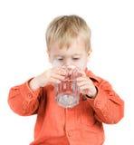 Der Junge trinkt Wasser Lizenzfreies Stockbild