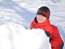 Der Junge tut den Schneemann Stockfoto