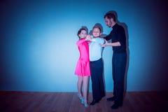 Der Junge und das Mädchen, die am Tanzstudio aufwerfen lizenzfreie stockfotografie