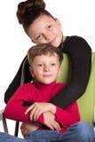 Der Junge und das Mädchen umfasst Lizenzfreie Stockbilder