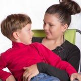 Der Junge und das Mädchen umfasst Lizenzfreie Stockfotos