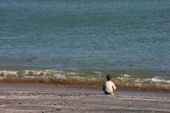 Der Junge und das Meer. Lizenzfreie Stockfotografie