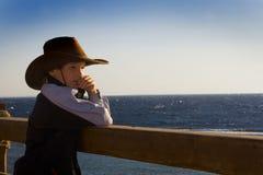 Der Junge und das Meer Stockfotografie