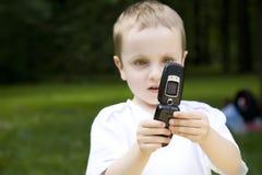 Der Junge und das Telefon lizenzfreies stockfoto
