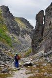 Der Junge und der Felsen Stockfotos