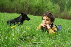 Der Junge und der ? Hund. Stockfoto