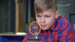 Der Junge und der Stirling-Motor stock footage
