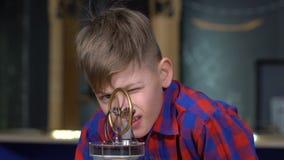 Der Junge und der Stirling-Motor stock video footage