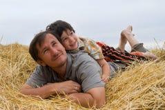 Der Junge und der Vater auf Heu Lizenzfreies Stockbild