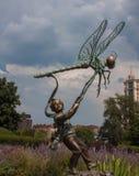 Der Junge und die Libelle Stockbild