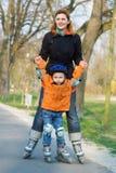 Der Junge und die Mama Stockfotos