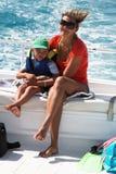 Der Junge und die Mama strebe ich ein Laufwerk auf einem Boot an Lizenzfreie Stockbilder