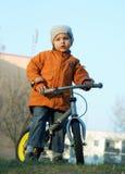 Der Junge und ein Fahrrad Stockfotografie
