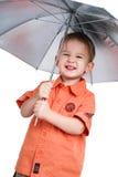 Der Junge und ein Regenschirm Lizenzfreie Stockfotos