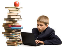Der Junge und ein Stapel der Bücher Lizenzfreies Stockfoto