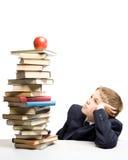 Der Junge und ein Stapel der Bücher Stockbilder
