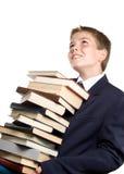 Der Junge und ein Stapel der Bücher Stockfoto