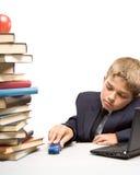 Der Junge und ein Stapel der Bücher Stockbild