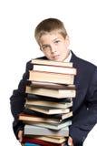 Der Junge und ein Stapel der Bücher Lizenzfreie Stockfotos