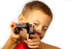 Der Junge und eine Gewehr stockbild