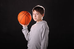 Der Junge und eine Kugel Stockbilder