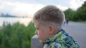 Der Junge untersucht den Abstand auf der Ufergegend Panoramische Ansicht Lizenzfreie Stockfotografie