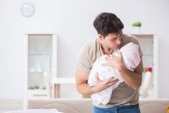 Der junge Vatervati frustriert an schreiendem Baby lizenzfreie stockfotos