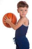 Der Junge warf Hände eines Basketballballs zwei Lizenzfreies Stockbild