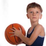 Der Junge warf Hände eines Basketballballs zwei Lizenzfreie Stockfotografie