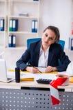 Der junge weibliche Architekt, der im B?ro arbeitet stockbilder