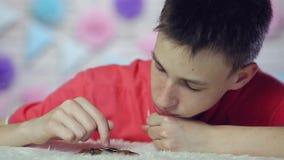Der Junge zählt Münzen und ist traurig Abschluss oben stock video footage