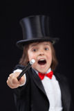 Der junge Zauberer, der mit magischem Stab beschwört - konzentrieren Sie sich auf Tipp des Stabs stockfoto