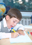Der Junge zeichnet Lizenzfreie Stockfotos