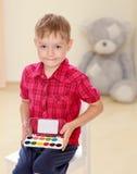 Der Junge zeichnet Farben Lizenzfreies Stockfoto