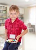 Der Junge zeichnet Farben Lizenzfreie Stockfotos