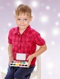 Der Junge zeichnet Farben Stockfoto
