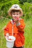 Der Junge zeigt die Erdbeere Lizenzfreies Stockfoto