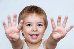 Der Junge zeigt Palmen lizenzfreie stockfotos