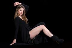 Der jungen Frau der Abnutzung Schwarzkleid und -halskette lang lizenzfreie stockbilder