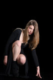 Der jungen Frau der Abnutzung Schwarzkleid und -halskette lang stockfoto