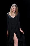 Der jungen Frau der Abnutzung Schwarzkleid und -halskette lang lizenzfreie stockfotografie